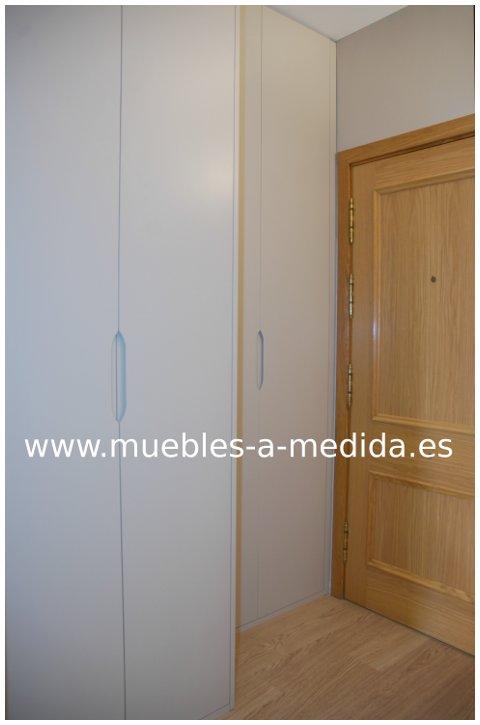Armario lacado empotrado a medida en barcelona for Armarios a medida